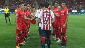 Jugadores de Toluca hacen un pasillo a los futbolistas de Chivas