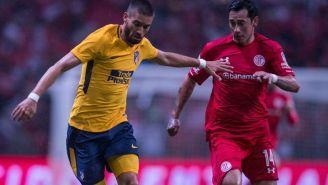 Rubens Sambueza compite por el esférico contra el 'Atleti'