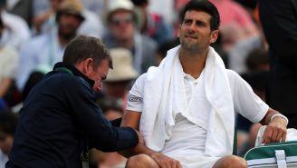 Djokovic recibe atención médica en el codo durante Wimbledon