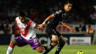 Velázquez y Molina luchan por el balón