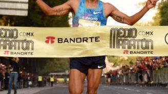 Juan Luis Barrios cruza la meta del Medio Maratón
