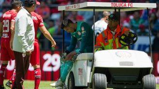 Alfredo Talavera abandona la cancha en el carrito de emergencias