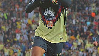 Cecilio Domínguez celebra uno de sus goles contra Tuzos