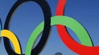 Anillos olímpicos colocados en una playa de Río de Janeiro