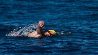 Antonio Argüelles nadando por el mar