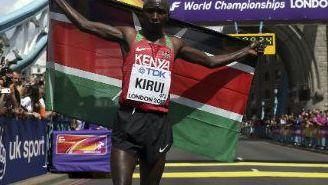Geoffrey Kirui con la bandera de Kenia tras ganar el Maratón en Londres