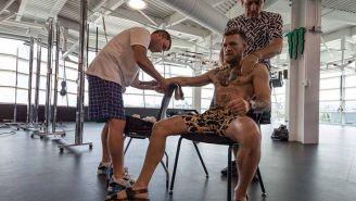 Conor McGregor es atendido por su equipo