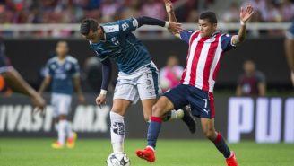 Orbelín Pineda intenta cortar la jugada de Rogelio Funes Mori