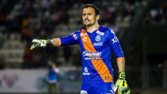 Juan de Dios Ibarra da instrucciones durante un partido con el Puebla