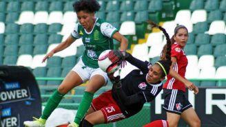 Marisol Luna y Ruth Arana pelean un balón en el partido de la J3