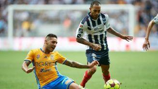 Edgar Castillo disputa un balón con Ismael Sosa en un Clásico Regio