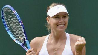 Sharapova sonríe, durante un juego de tenis