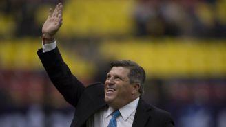 Herrera saluda a la tribuna en un juego de América en el Azteca