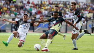 Da Silva intenta sacar un disparo durante el encuentro Lobos BUAP vs América