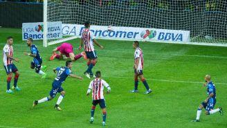 Jugadores de Chivas se lamentan tras el gol del Puebla