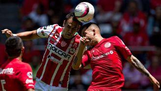 Pablo Velázquez y Rodrigo Salinas disputan un balón