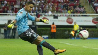 Moisés Muñoz despeja el balón en el partido contra Chivas