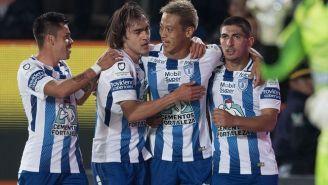 Keisuke Honda celebra su gol con jugadores de Tuzos