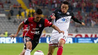José Madueña en la disputa del balón