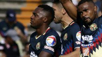 Wiliam da Silva y Renato Ibarra festejan gol en la J5