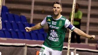 Mauro Boselli festeja el gol de León