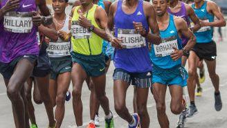 Un grupo de corredores por una avenida de la CDMX en el Maratón de 2015