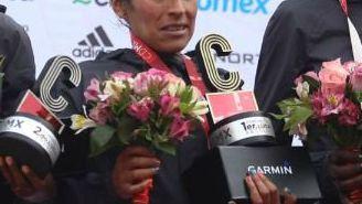 Gladys Tejeda en el podio del Maratón de la CDMX