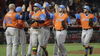 Los jugadores de los Astros se dan la mano durante un partido