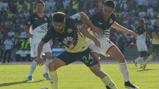Eduardo Tercero intenta cortar la jugada de Oribe Peralta