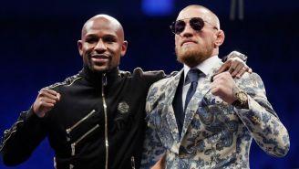 McGregor y Mayweather se abrazan durante un evento