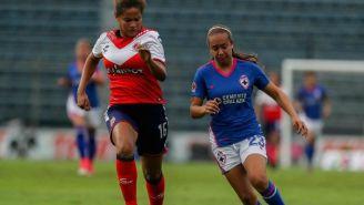 Gloria Abitia pelea un balón durante el juego de Cruz Azul