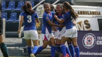 Jugadoras de Cruz Azul Femenil festejan un gol contra Veracruz