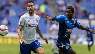 Méndez controla un balón en el juego frente a Puebla