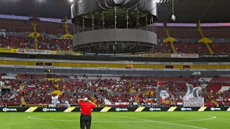La pantalla cerca del terreno de juego del Jalisco