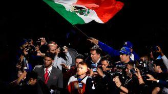 Álvarez previo a una pelea y con la bandera de México