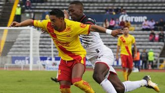 Rodolfo Vilchis y Luis Advincula disputan el balón