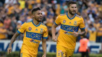 Javier Aquino y Gignac celebran un gol en un juego de Tigres en el A2017
