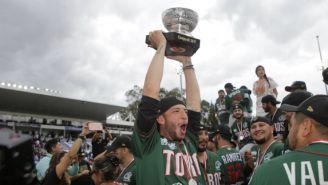 Los jugadores de los Toros celebran con la Copa Zaachila en las manos