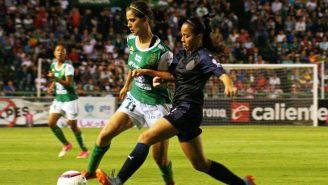 Paulina Gómez conduce el balón frente a la jugadora de Chivas