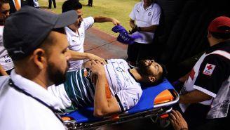 Néstor Araujo es trasladado a la ambulancia