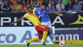 Achilier y Gignac pelean un balón durante el partido