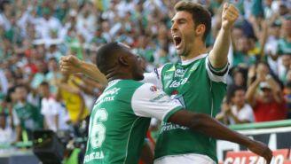 Mauro Boselli festeja con sus compañeros el gol contra Pachuca