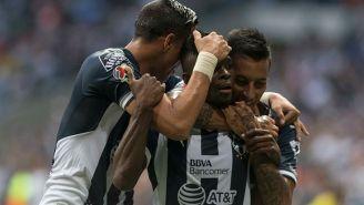 Jugadores de Rayados felicitan a Avilés Hurtado tras su golazo