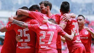 Jugadores de Toluca celebran un gol frente a Gallos