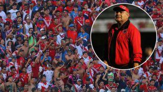 La afición de Veracruz durante un juego y Luna observa un partido