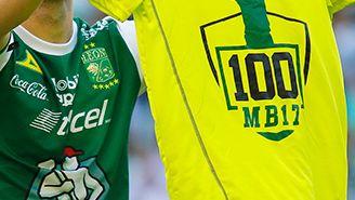 Boselli presume una playera en honor de sus 100 goles con León