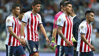 Jugadores de Chivas tras un duelo en el A2017