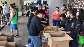 Aficionados donan víveres en las afueras del Jalisco