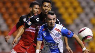 Carlos Salom disputa un balón en el juego entre Atlas y Puebla