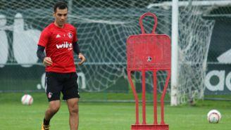 Rafa Márquez entrena con los rojinegros